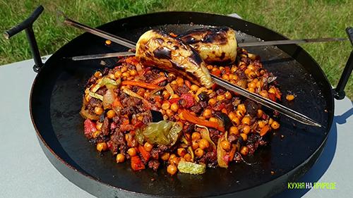 Нут с мясом и овощами на сковороде из бороны